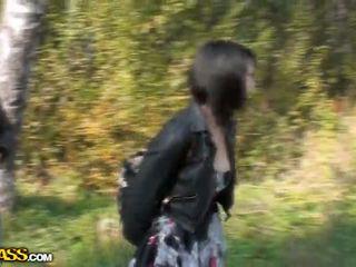 Lina suging cocks i en park til penger