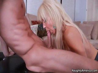 Uzbudinātas blondīne gymnasts