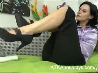 Milf jana plays avec son poilu chatte