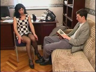 দীর্ঘ legged রাশিয়ান মিলফ মধ্যে মোজা এবং একটি guy