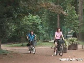 Azijietiškas paauglys sweeties jojimas bikes su dildos į jų cunts