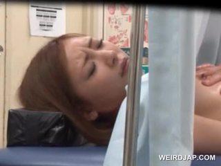 Asiática sweetie gets su chocho licked por lusty doctor