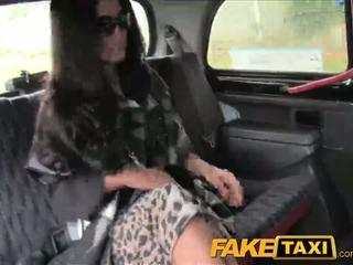 Faketaxi schwarz haired milf cheats auf hubby mit taxi driver