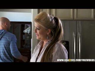 Perky blondin beauty seduces en virgin
