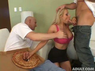 Huisvrouw having seks met 2 pizza delivery guys