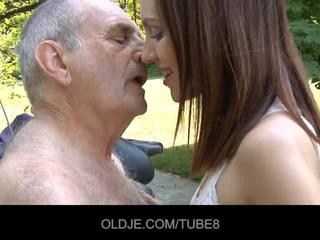 Noor vene tüdruk rides tegelikult vana mees