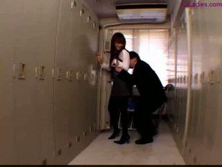Kantoor dame in panty standing in de locker kamer guy wrijven