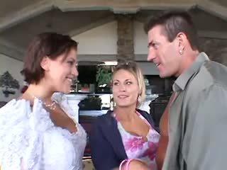 Đám cưới có ba người nam nữ nữ