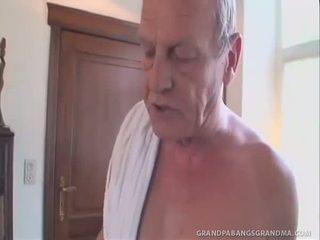 Greyhaired vecmāmiņa gets a double dipping no dzimumloceklis
