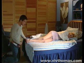 Sommeil karina gets une éjac en son pieds vidéo
