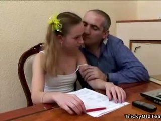 Velho professora does ele com an innocent loira