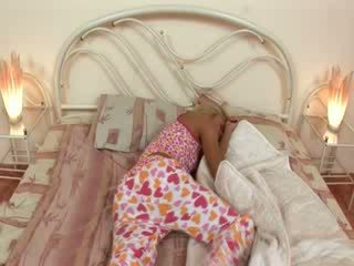 Blondie jerkingoff ab vor ein schlaf