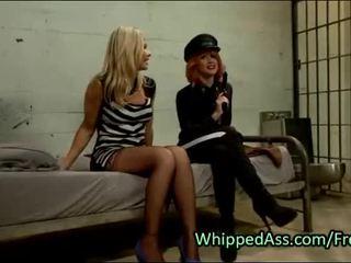 Si rambut merah polis whips pantat/ punggung kepada si rambut perang milf