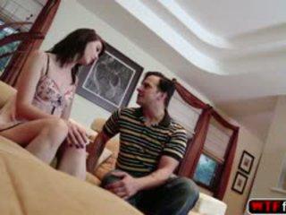 Sexy alana gets une baisée à la canapé