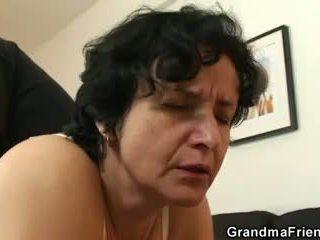 Ona gets ji starý chlupatý hole filled s two cocks