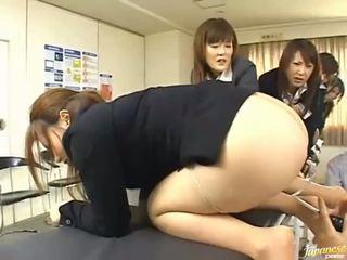 Asia remaja gadis memberikan mereka asses untuk anal seks