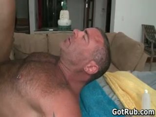 Sexy étalon obtenir son incroyable corps massaged et bite sucked 48 par gotrub