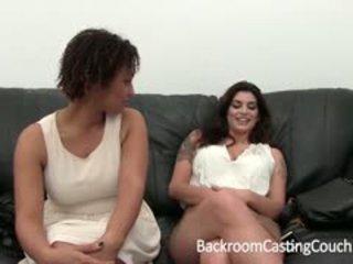 Two krūtainas meitenes klausīšanās par slepenā istaba kastings dīvāns