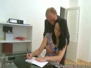 Tiffany die schulmädchen gives weg bis sie teacher's advances