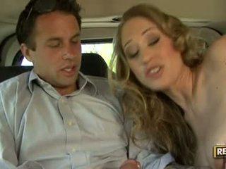 Kuuma blondie abby rode deliciously pleasures hänen suu kanssa a kukko plugged päällä se