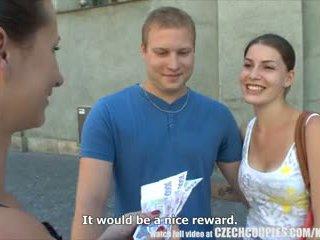 Tsjechisch couples jong koppel takes geld voor publiek kwartet