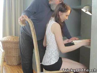 Tricky стар учител: късметлия стар учител fucks тя сладъл влагалище трудно.