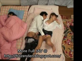 Trying към държа quiet докато чукане спящ step-daughters