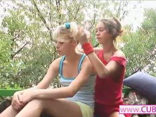 Two lesbiennes having goed tijd met dildo