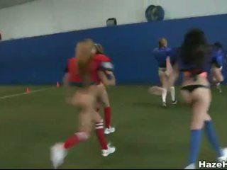 Newbie rushes spelen naakt football en gezicht sitting