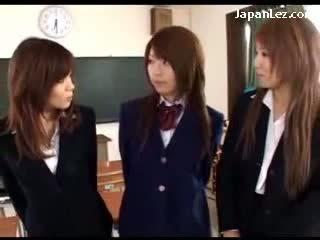 Nxënëse në uniformë të saj cica rubbed pidh licked trap fingered nga 2 vajzat në the klasë