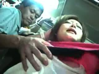 Noor tüdruk käperdatud ja used sisse a rong