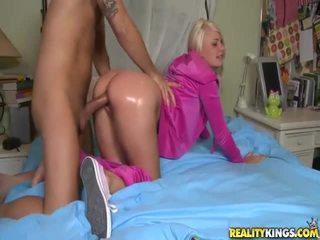 Blondi teinit sisään vaaleanpunainen tosh locks takes iso boner doggykuvatyylin
