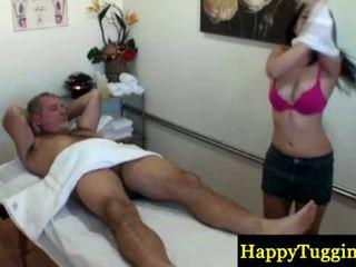 Asiática masseuse sucks e fucks velho caralho