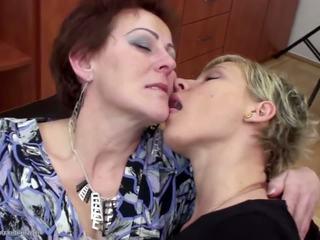 Stepmother baisée et pissed sur par two daughters: porno f9
