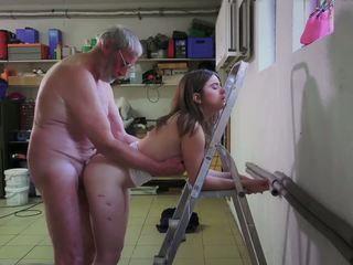 Slutty υπηρέτρια γαμήσι πορνό addict γιαγιά gets στόμα.
