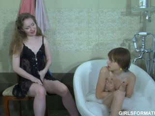 Two arrapato lesbiche giocare con ogni altrui muff in bagno