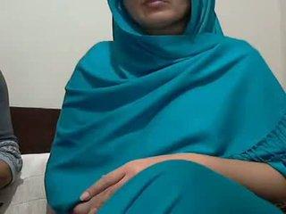 Sexy india aunty con lover possing su tetas & p