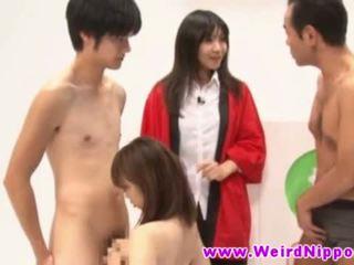 Jauns japānieši beautie drooling par two dicks