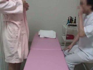 Jeune femme reluctant massage orgasme partie 1