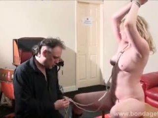 Sexy damsel në distress amber west në skllavëri dhe e nënshtruar bjonde tied në një tryezë në the living dhomë video