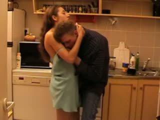 Daddys 娘 ファック で ザ· キッチン ビデオ