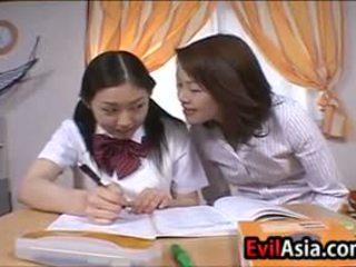 Lesbain 亞洲人 schoolgirls 接吻