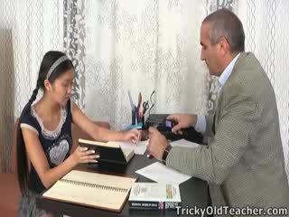 Questo asiatico studente è loving il attenzione da suo precettore
