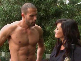 Krūtainas policists slammed uz a backyard