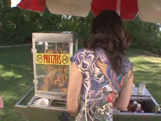 Amateur verbazingwekkend sexy brunette babe selling pretzels in de parck
