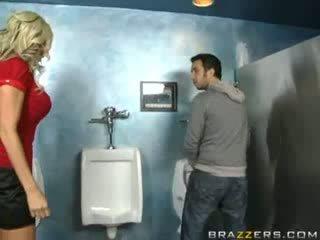เมา แม่ผมอยากเอาคนแก่ sucks ใน ห้องน้ำ!