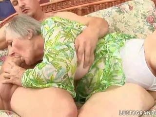 Resnas vecmāmiņa ar saggy bumbulīši bangs ar jauns jāšanās buddy