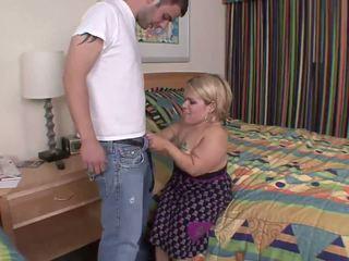 Nejaukas dwarf ir uz leju par viņai knees par karstās minēts