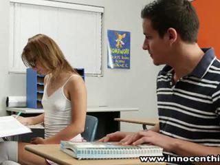 Innocent násťročné takes vták v the classrom
