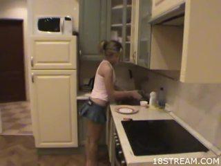 小鸡 undresses 她的 boyfriend